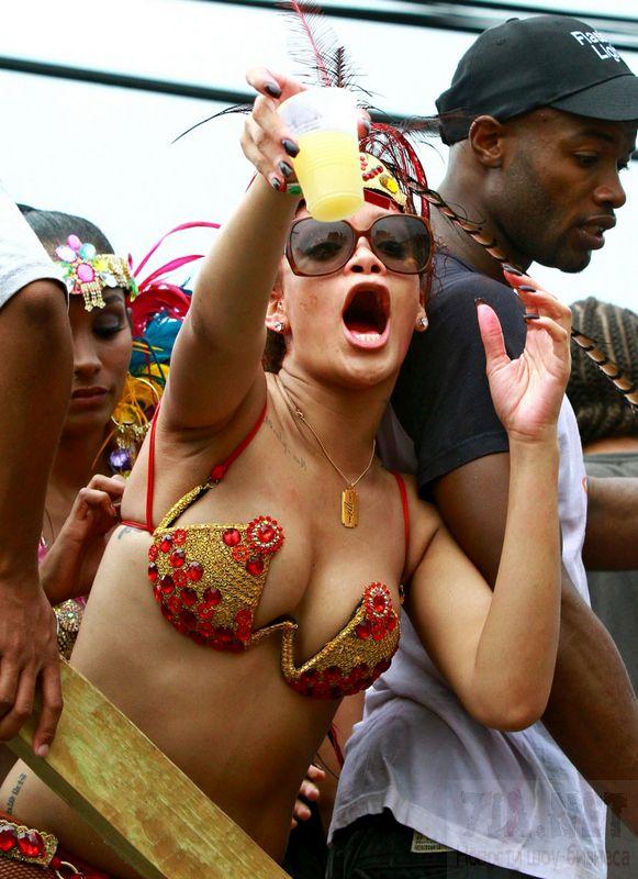 Рианна привлекает туристов своей сексуальностью